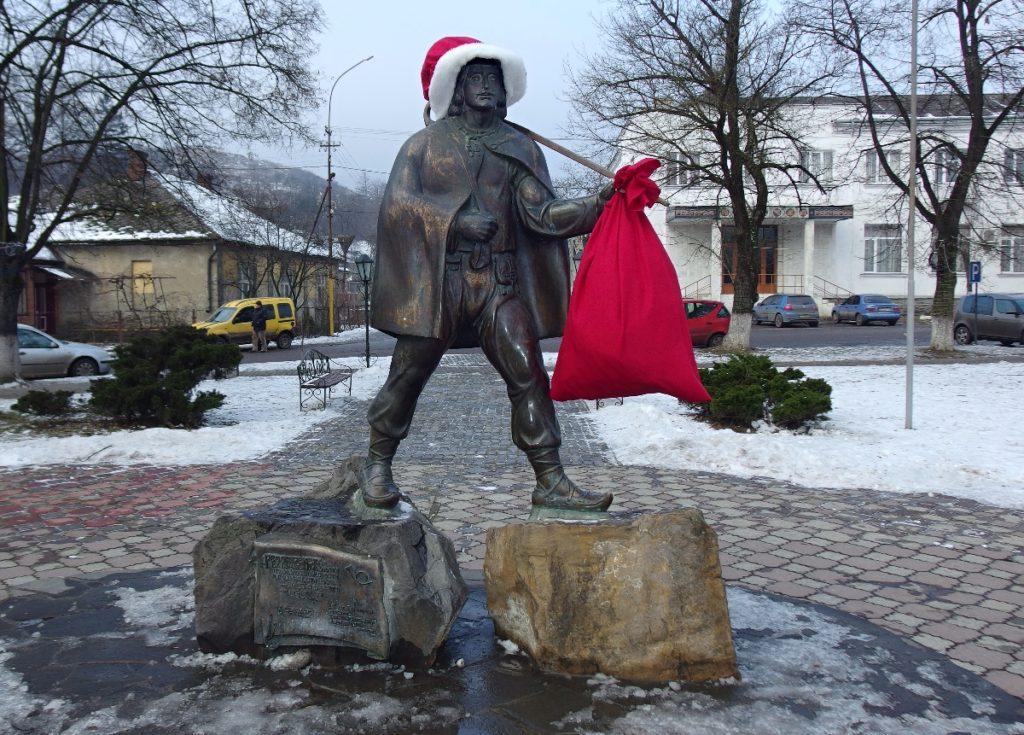 socha pošťáka Fedora Fekety v převleku za Sv. Mikuláše